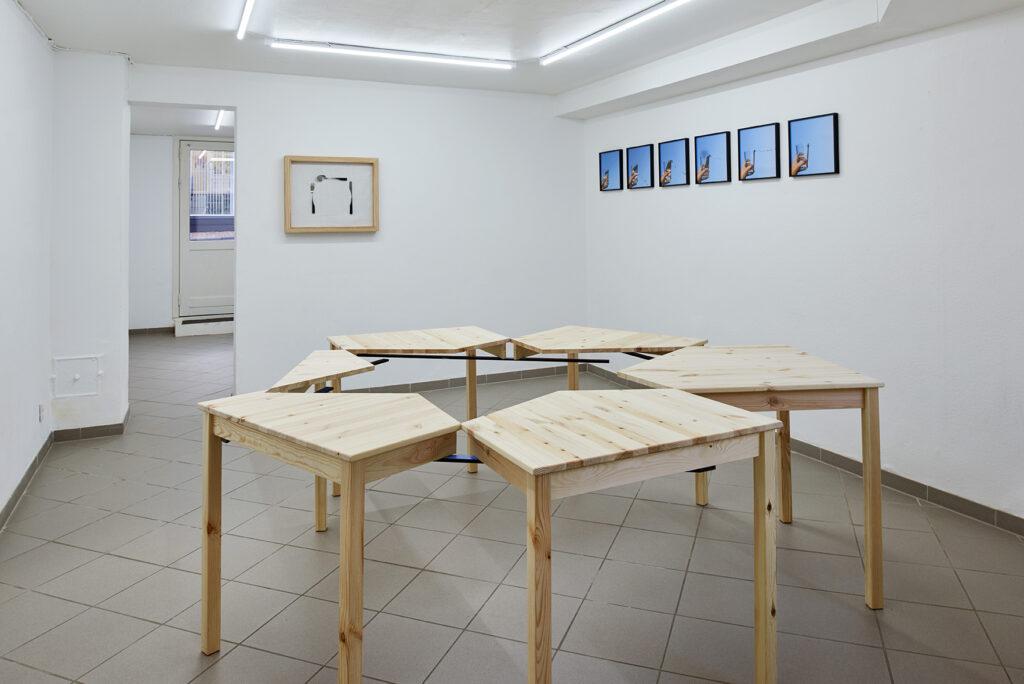 universalkniv udstilling med Karin Lind. communion 3 bearbejdede spiseborde, formica lister, skruer.