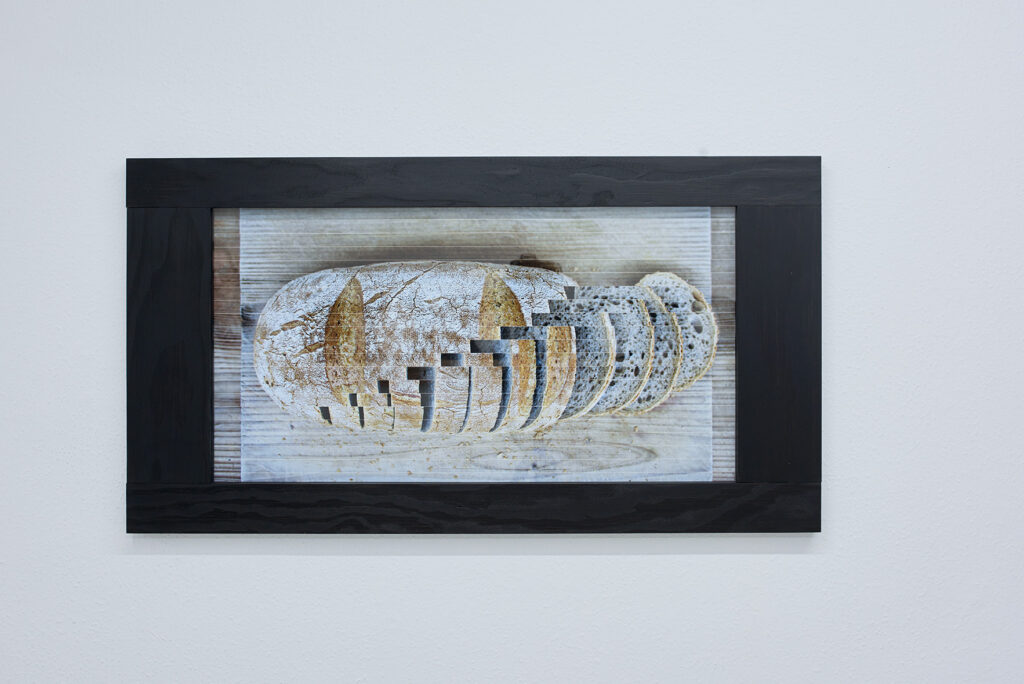 universal knife (bread) foto af brød, der skæres i 13 skiver, specialfremstillet ramme af sortmalet douglas.