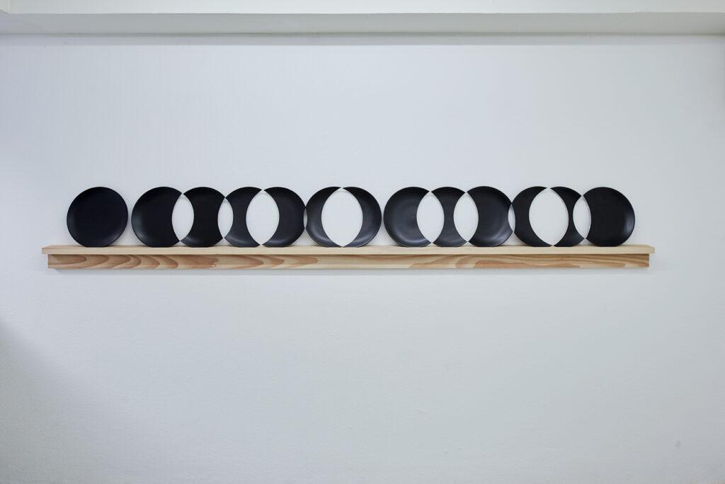 plate row (13) 1+12 bearbejdede tallerkner, hylde af douglas.